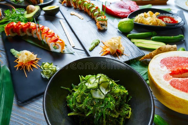 Omväxlande recept för asiatJapan sushi med alger arkivfoto