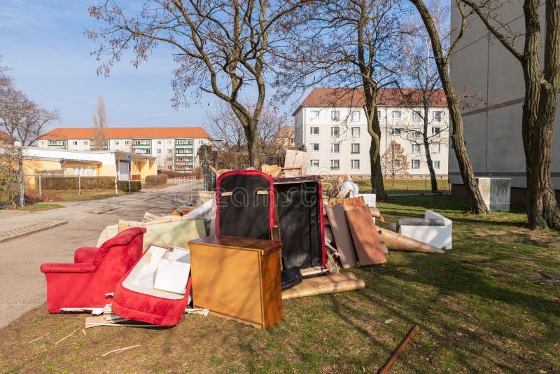Omvangrijk afval in de stad op het gazon royalty-vrije stock afbeeldingen