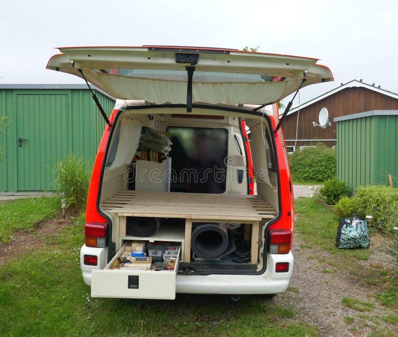 Omzetting van een niet meer gebruikte ziekenwagen aan motorhome Installatie van een voetstuk met bergruimte, laden en kader met l royalty-vrije stock afbeeldingen