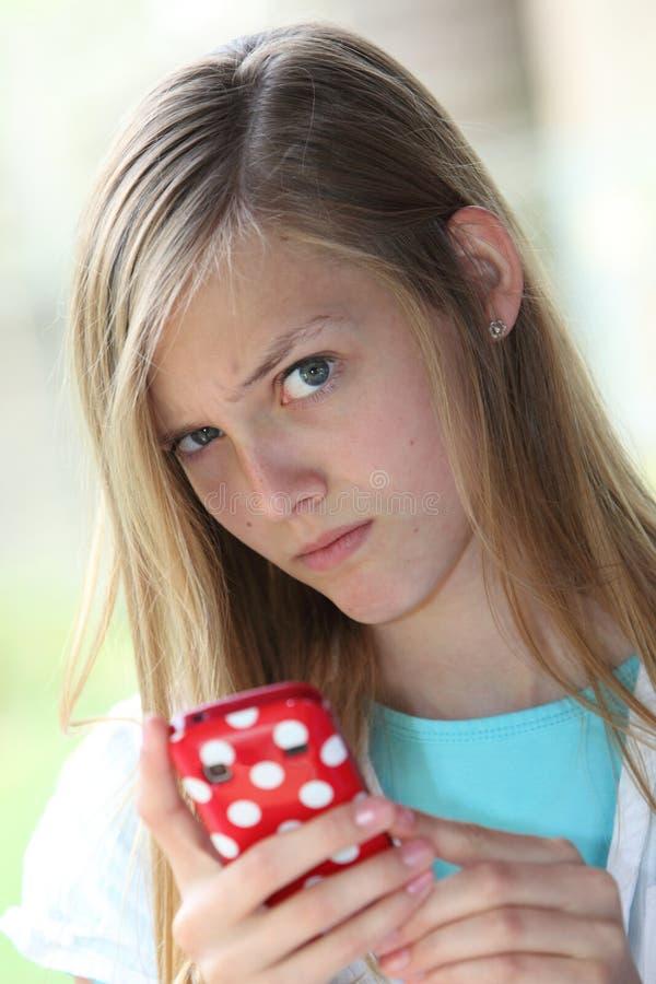 Omzichtige tiener die haar privacy beschermen stock afbeelding