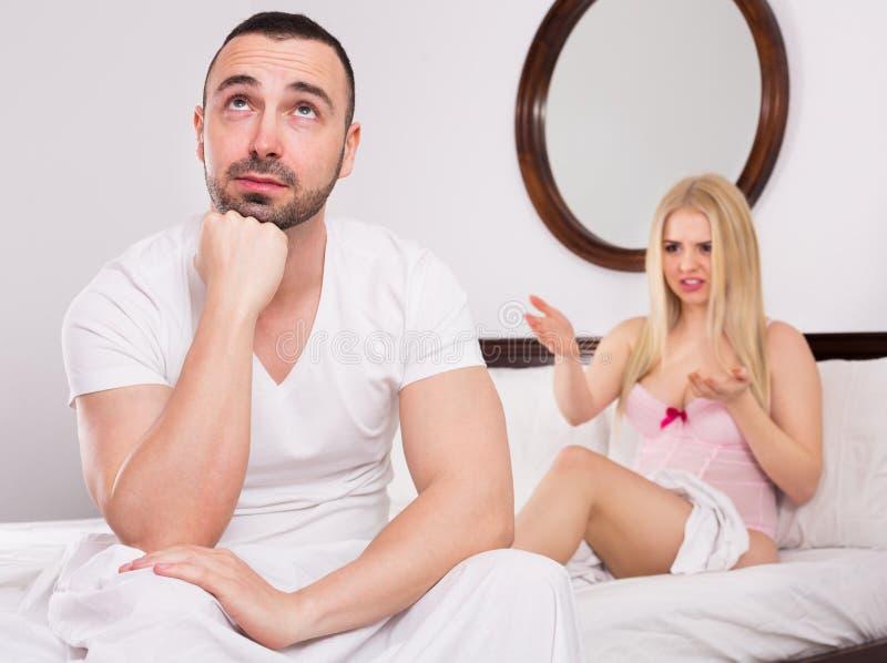 Żona i mąż ma szykany w łóżku zdjęcia royalty free