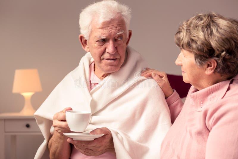 Żona podporowy mąż z Alzheimer obrazy stock