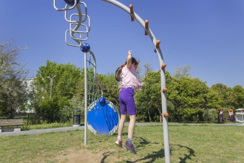Ona skacze jak pasikonik przy boiskiem obrazy stock