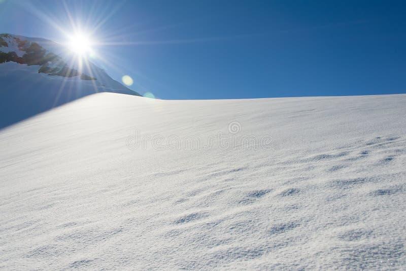 Onaangeroerde zonnige sneeuwheuvel in Antarctica royalty-vrije stock fotografie