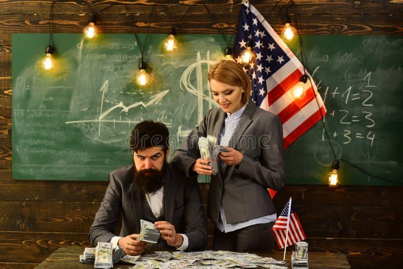 Onafhankelijkheidsdag van de V.S. Inkomen planning van het beleid van de begrotingsverhoging gebaarde man en vrouw met dollargeld royalty-vrije stock foto