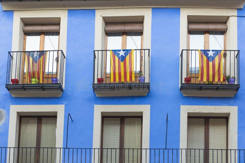 Onafhankelijkheidsvlaggen op een balkon stock foto's