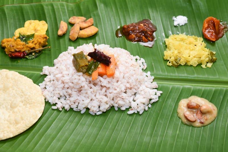 Onam Sadhya с коричневой формой Кералой Индией риса matta стоковое изображение