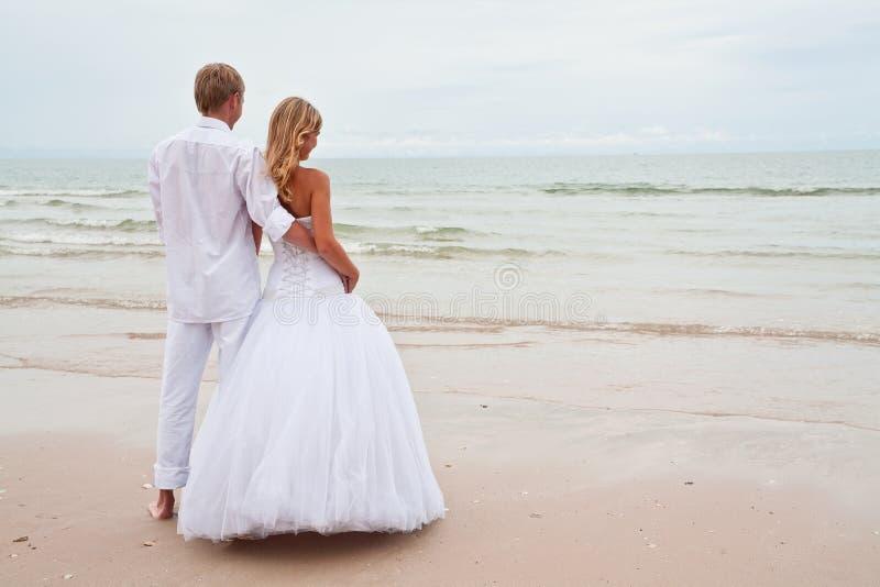 Onastrand van de bruidegom en van de bruid royalty-vrije stock foto