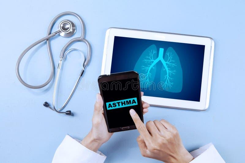 Onbekend mannelijk artsen dringend woord van hepatitis royalty-vrije stock afbeelding