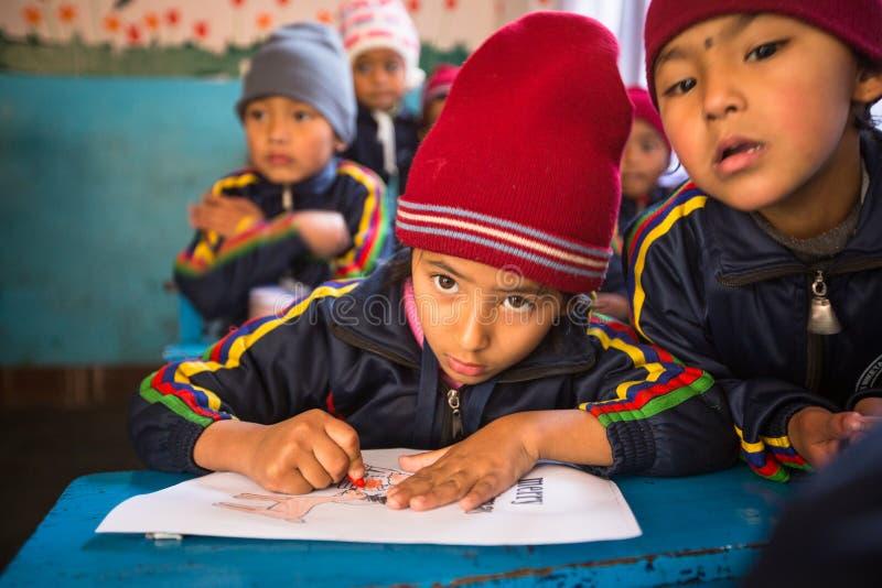 Onbekende leerlingen in Engelse klasse bij lage school Slechts 50% van kinderen in Nepal kan rang bereiken 5 royalty-vrije stock foto's