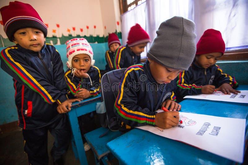 Onbekende leerlingen in Engelse klasse bij lage school Slechts 50% van kinderen in Nepal kan rang bereiken 5 royalty-vrije stock fotografie