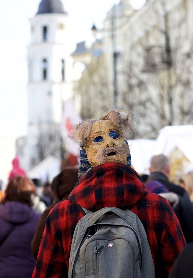 Onbekende persoon die in traditioneel Litouws Carnaval-masker in een straatmarkt lopen op 7 Februari, 2016 in Vilnius, Litouwen royalty-vrije stock afbeeldingen