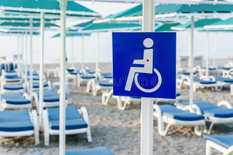 Onbekwaamheidsteken op het overzeese strand Merkend een plaats voor rust aan personen met een handicap op het strand stock afbeeldingen