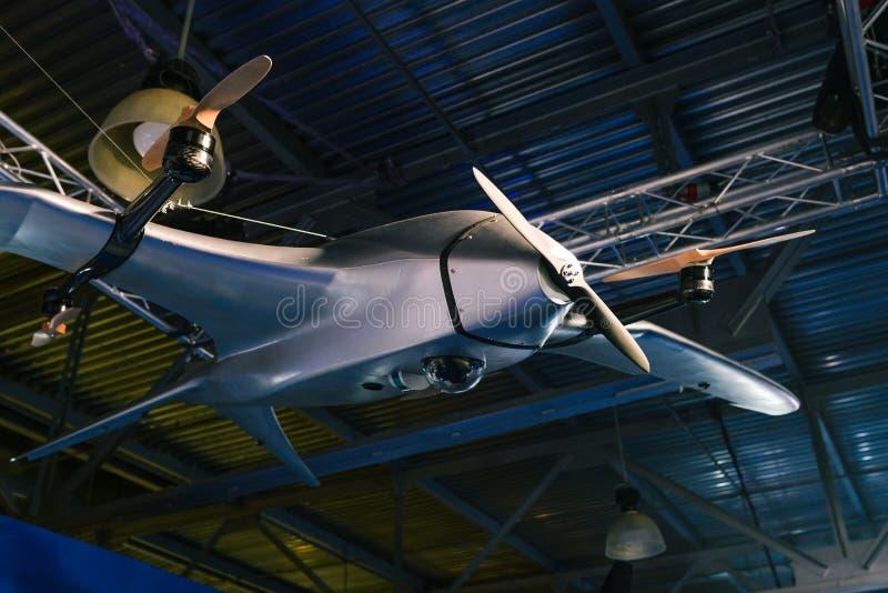 Onbemand luchtvoertuig Onbemande militaire vliegtuigen Hommel in hangaar royalty-vrije stock foto's
