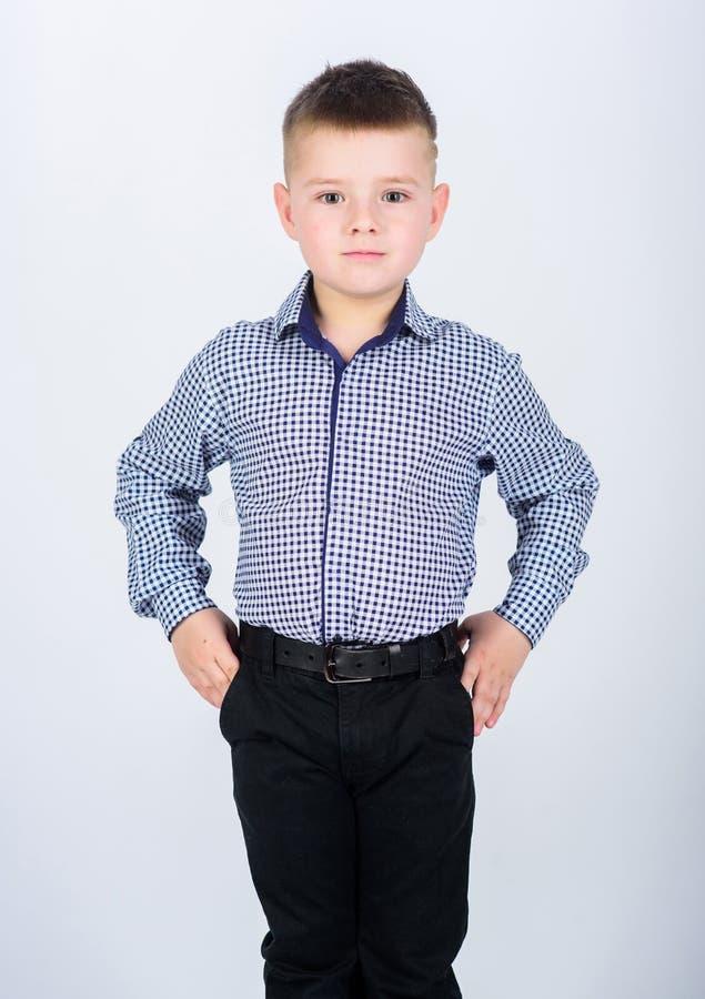 Onberispelijke stijl Gelukkige kinderjaren jonge geitjes manier Kleine Zakenman Bedrijfsschool Zekere jongen Opvoeding en royalty-vrije stock afbeeldingen