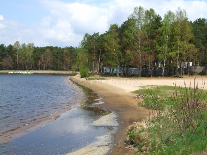 Onbewaakt strand op het meer royalty-vrije stock afbeeldingen