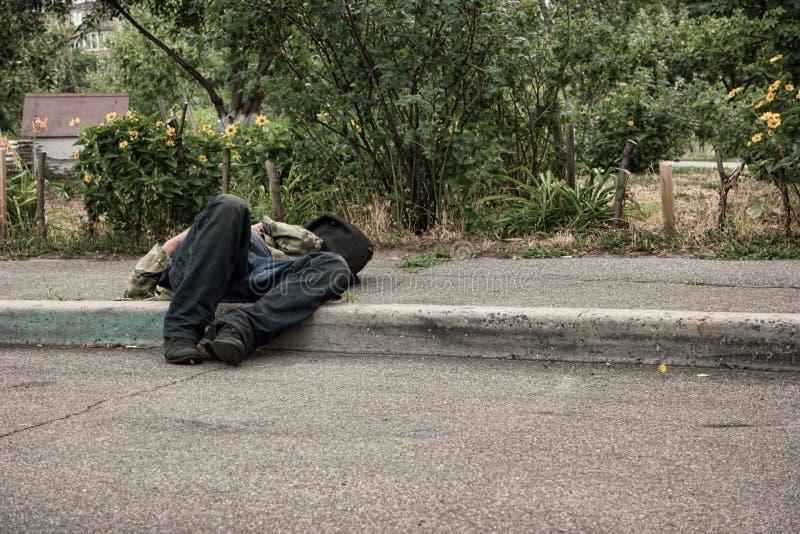 Onbewuste gedronken mens in openlucht stock afbeelding