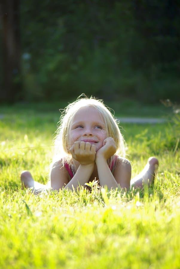 Onbezorgd blij meisje op gras royalty-vrije stock fotografie