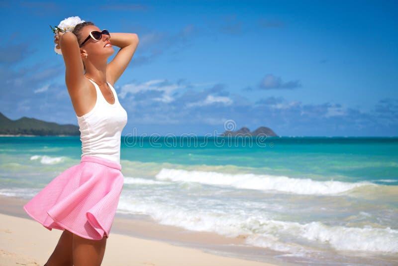 Onbezorgd vrijheidsmeisje in de zomerdag Op het tropische strand royalty-vrije stock foto