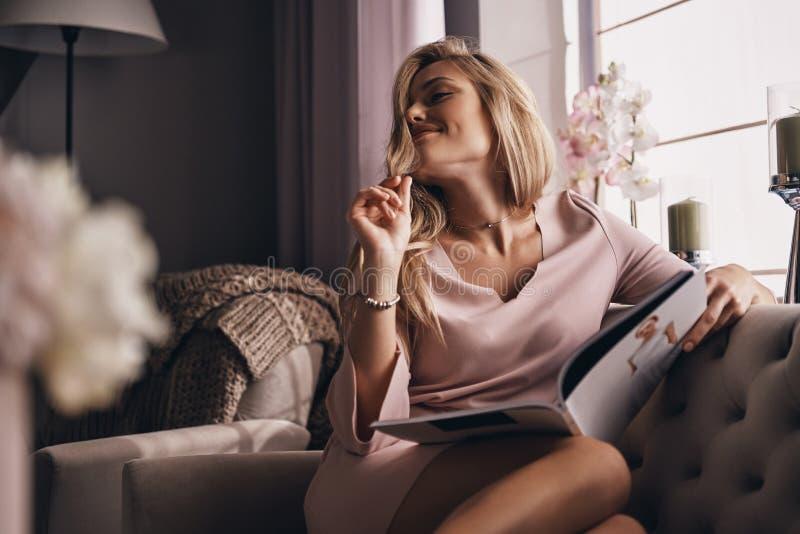 Onbezorgde dag Aantrekkelijke jonge vrouw die in elegante kleding a houden stock afbeelding