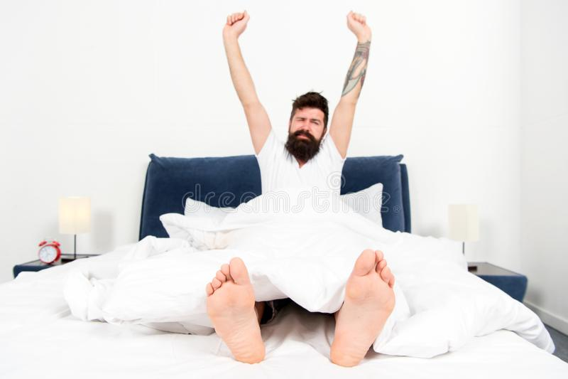 Onbezorgde dag thuis brutale slaperige mens in slaapkamer in slaap en wakker Ouderwetse ochtendsc?ne: antieke schrijfmachine, kop royalty-vrije stock foto's