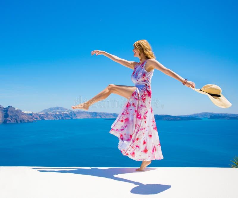 Onbezorgde gelukkige vrouw die van het leven in de zomer genieten stock foto's