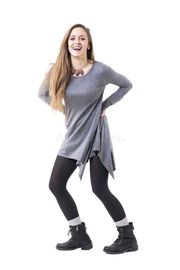 Onbezorgde gezonde jonge mooie modieuze vrouw die spontaan lachen royalty-vrije stock afbeelding