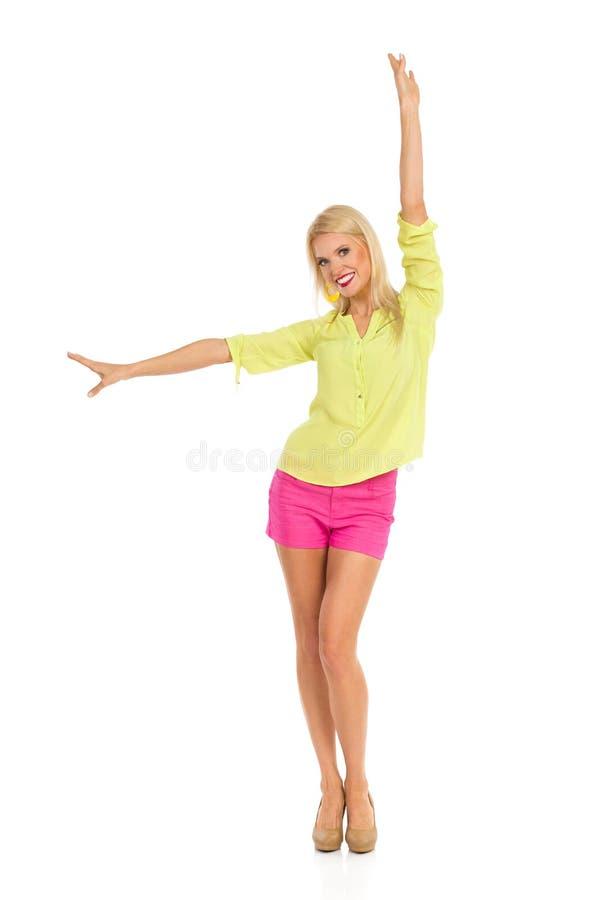 Onbezorgde Glimlachende Mooie Vrouw met Uitgestrekte Wapens royalty-vrije stock foto's