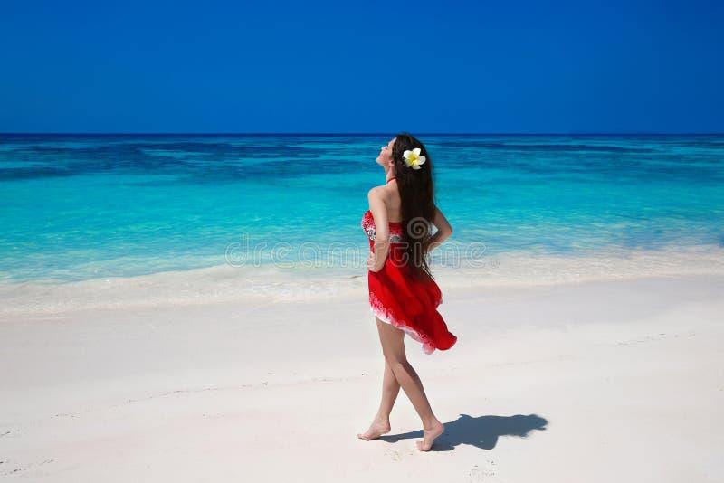 Onbezorgde mooie vrouw die op het exotische overzees genieten van Gelukkige brune royalty-vrije stock foto's