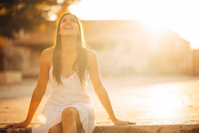 Onbezorgde vrouw die in aard, mooie rode zonsondergangzonneschijn genieten van Het vinden van binnenvrede Geestelijke helende lev royalty-vrije stock afbeeldingen