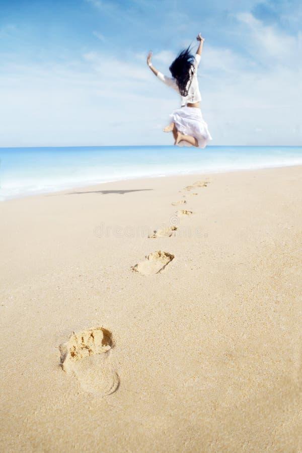 Onbezorgde Vrouw met voetafdrukken royalty-vrije stock foto