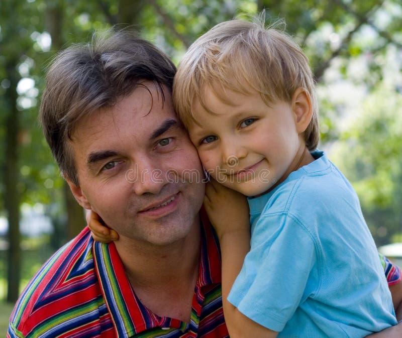Oncle et neveu affectueux photo stock