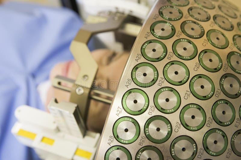 oncologist för hjärngama-kniv som behandlar att använda för tumor arkivbilder