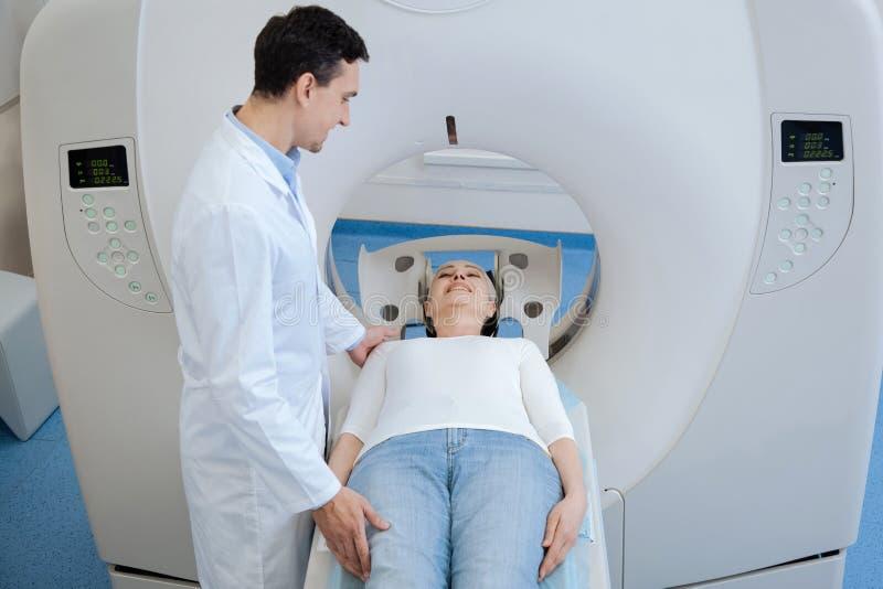 Oncologiste bel agréable se tenant près de son patient photos stock