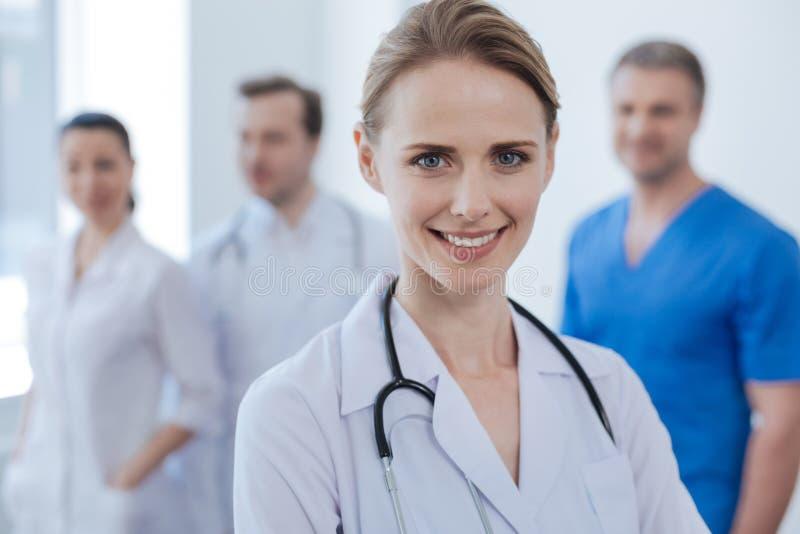 Oncologiste heureux exprimant la joie avec des collègues en hôpital photos libres de droits
