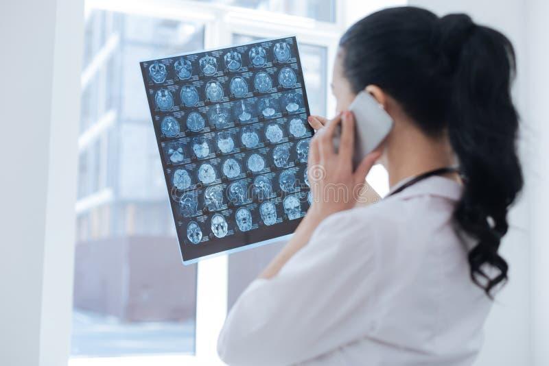 Oncologiste occupé discutant l'image de rayon de x dans le laboratoire image stock