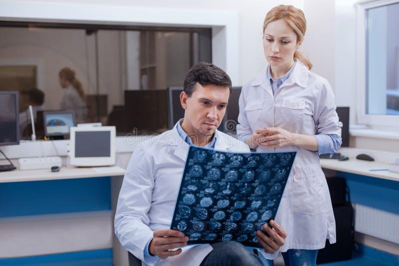 Oncologiste sûr bel pensant au diagnostic image stock