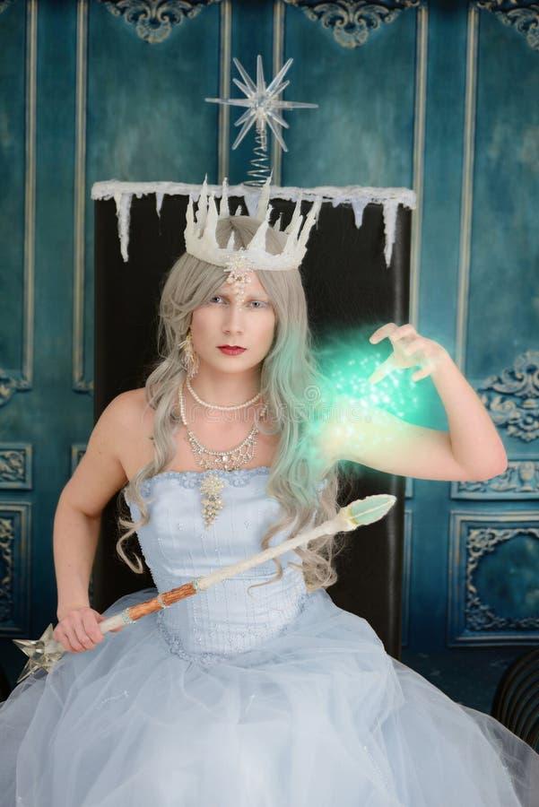 Ond isdrottning som använder magi arkivbild