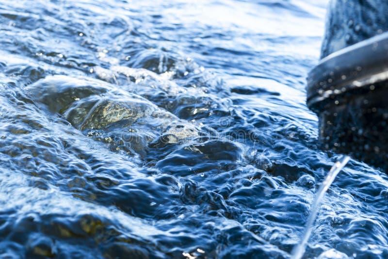 Onda azul de la agua de mar del océano con la espuma rápida de la estela del barco del yate del lavado del apoyo  Araña de plata foto de archivo