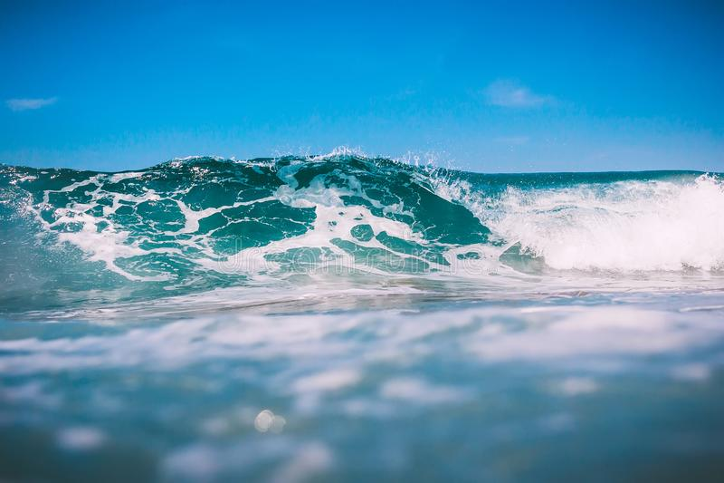 Onda azul do tambor no oceano Onda grande para surfar em Kuta imagens de stock