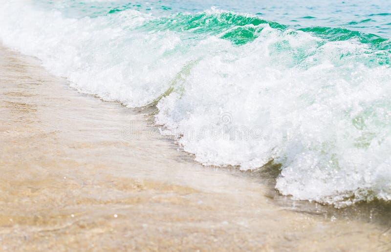 Onda azul e verde com espuma branca no Sandy Beach Tailândia, Rayong Curso, wacation, conceito do verão imagem de stock royalty free