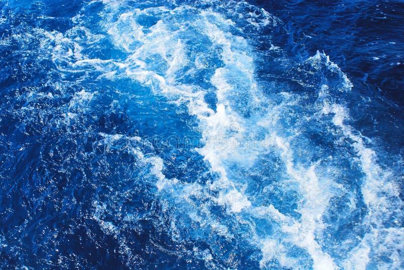 Onda blu tempestosa del mare fotografia stock
