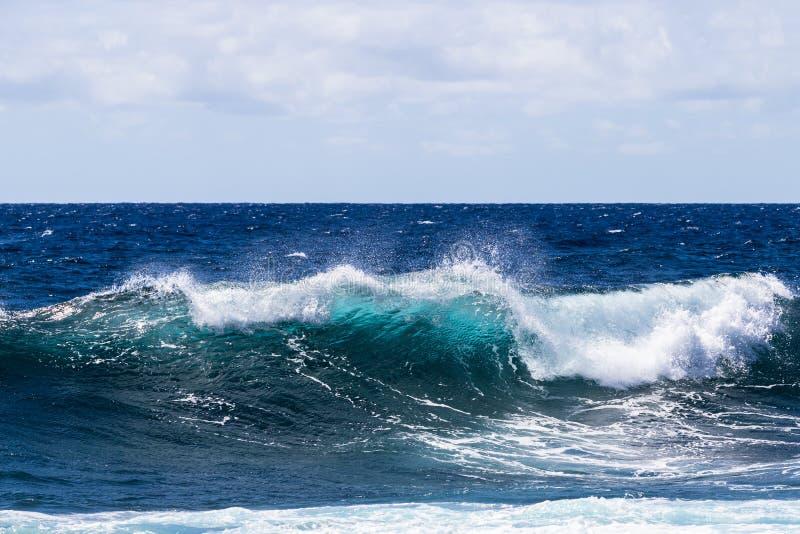Onda blu-verde che si rompe sulla grande isola delle Hawai Schiuma sulla cima; oceano Pacifico blu profondo nel fondo fotografie stock libere da diritti