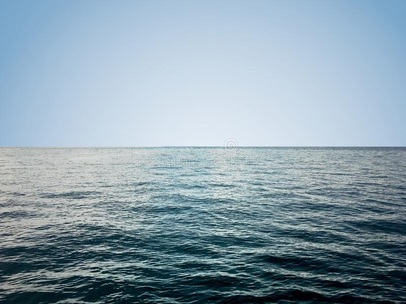Onda bonita do mar calmo sob o fundo claro do céu imagem de stock royalty free