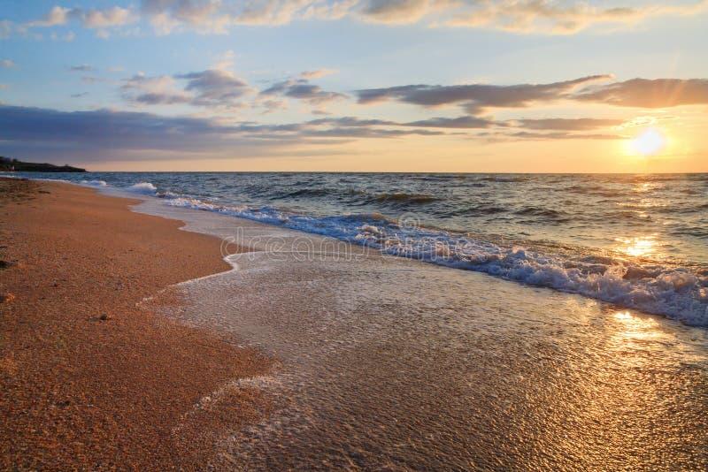 Download Onda Da Ressaca Do Por Do Sol Do Mar Imagem de Stock - Imagem de areia, costa: 12807685