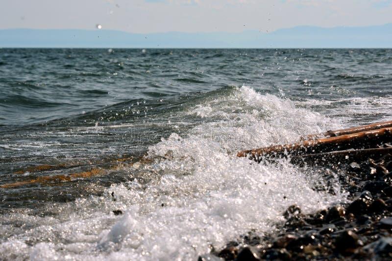 Onda da ressaca no Lago Baikal imagens de stock