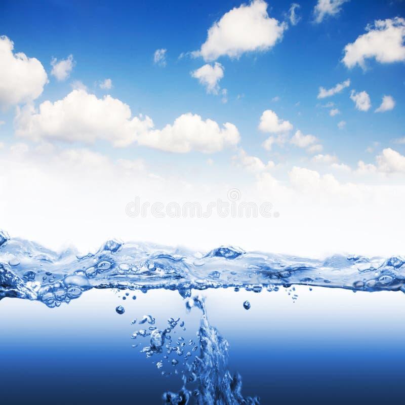 A onda de água com espirra e borbulha fotos de stock royalty free