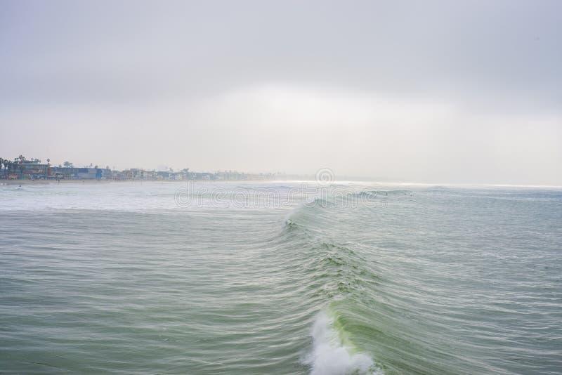 Onda de Califórnia pela praia da cidade foto de stock royalty free