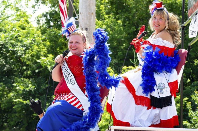 Onda de Klondike Kates a aglomerar-se na parada de Mendota foto de stock royalty free