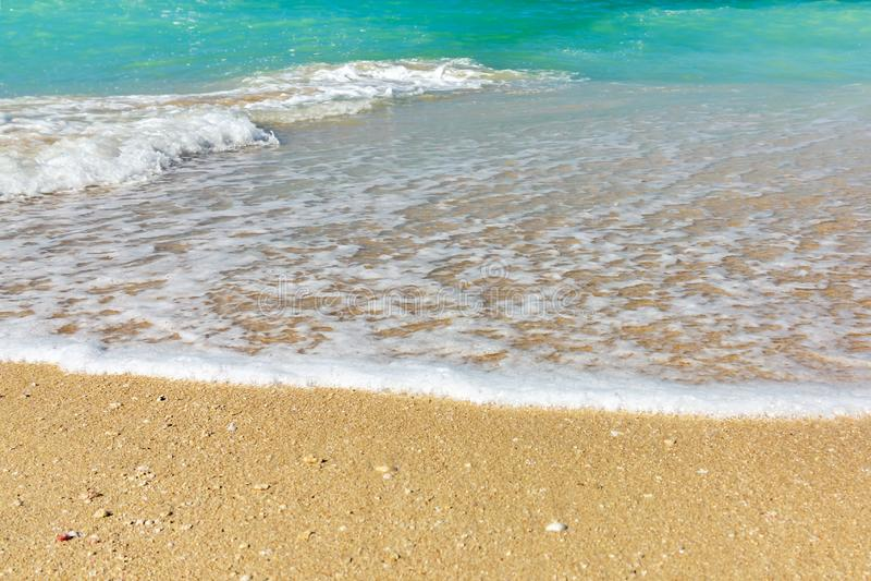Onda de la resaca en la costa de mar, la orilla de mar limpia y el agua de la turquesa fotos de archivo